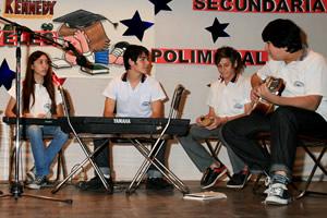 Actividades en escuela secundaria del Colegio John F. Kennedy